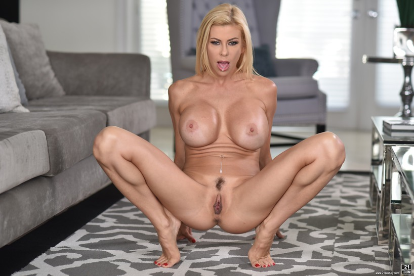 Sexy Mature Babe Holly Heart