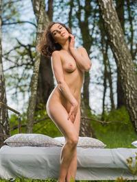 Darling Dakota A Strips Outdoors 02